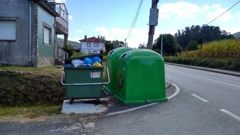 Contenedores do lixo en Santo André de Vea